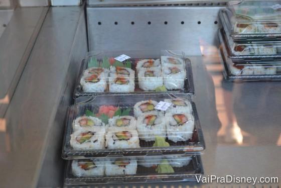 Sushis não são vendidos só nos restaurantes caros não! No pavilhão do Japão você acha bem baratinho.
