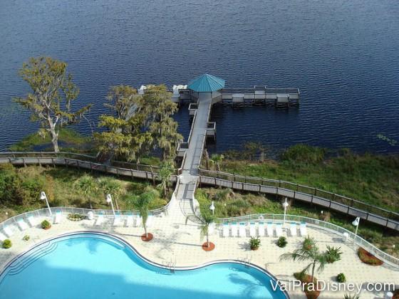 Foto da piscina e do lago do Blue Heron vistos do alto do apartamento