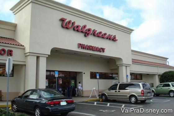 Foto da fachada do Walgreens, com alguns carros estacionados na frente.