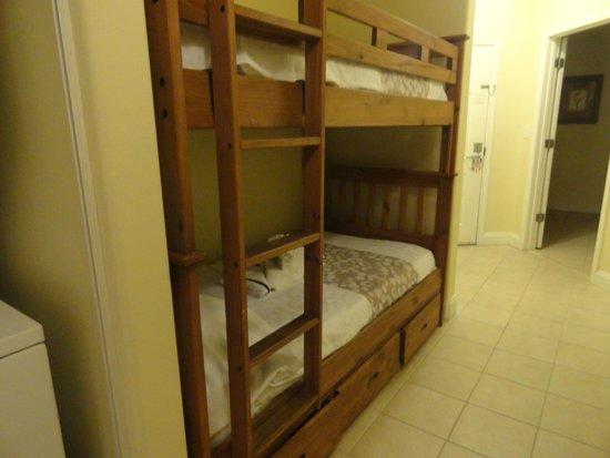 Foto da cama beliche no corredor do Blue Heron, toda de madeira.