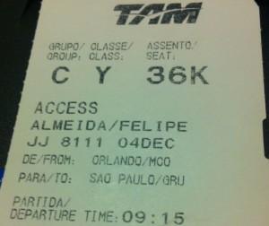 Cartão de embarque do voo TAM de Orlando a São Paulo