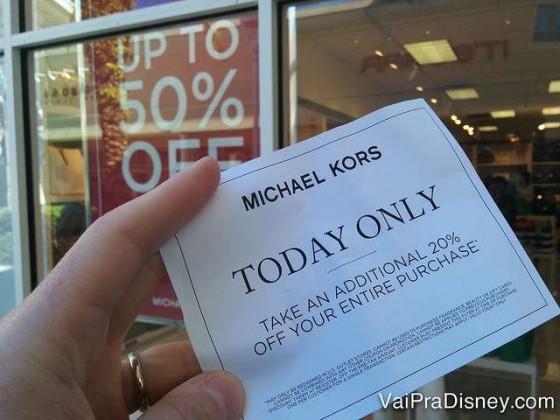 Cupom que estava sendo distribuído em frente a Michael Kors do Premium outro dia aí