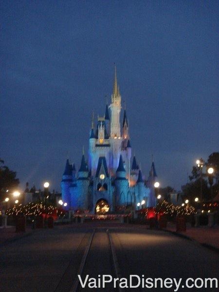 A entrada da Tomorrowland no Magic Kingdom em dia de parque cheio. Nem a manhã salva