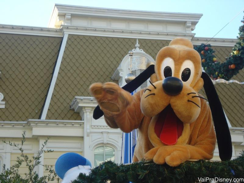 Seja educado e dê um tchau para o Pluto quando ele passar na parada