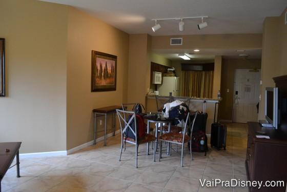 Dicas para se hospedar em Orlando: Sala e cozinha do Worldquest Resort, um dos condos nossos preferidos. 2 quartos e apartamento completo