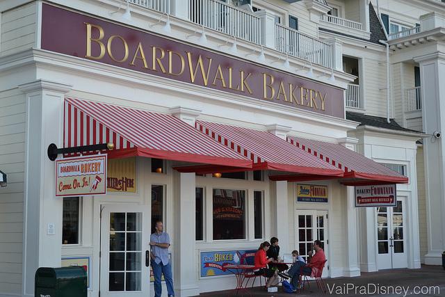 Muito amor pela BoardWalk Bakery sempre! Excelente opção para café da manhã. Foto da fachada da BoardWalk Bakery, com toldos listrados de vermelho e branco e o letreiro vinho com letras douradas.