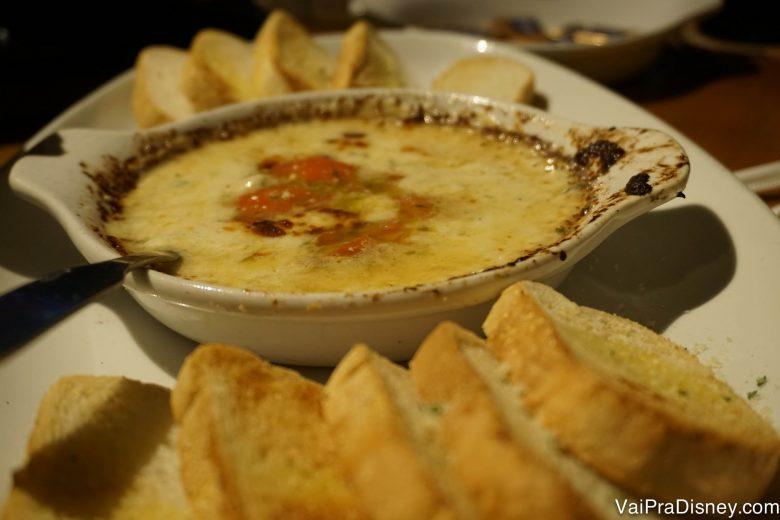 Fonduta de 5 queijos. Foto do prato com a fonduta de 5 queijos e fatias de pão ao lado.