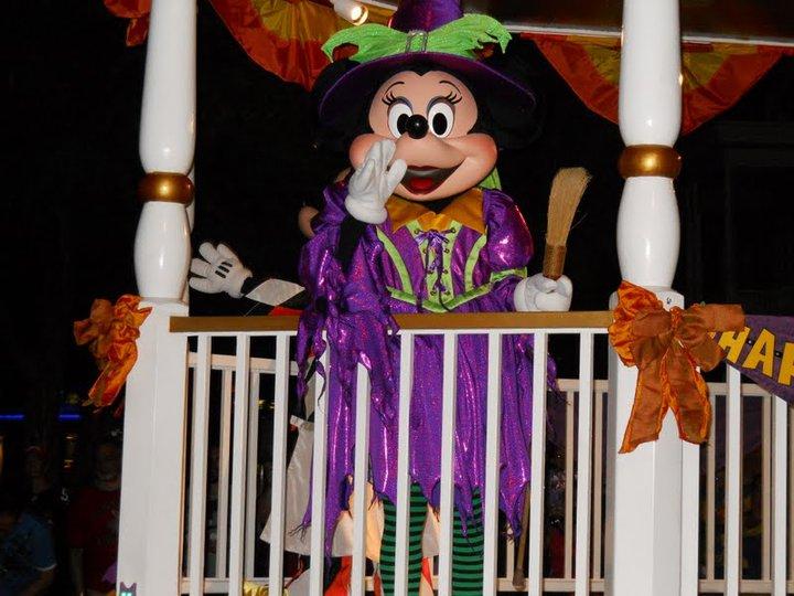 Minnie de bruxinha na parada. Fofa!