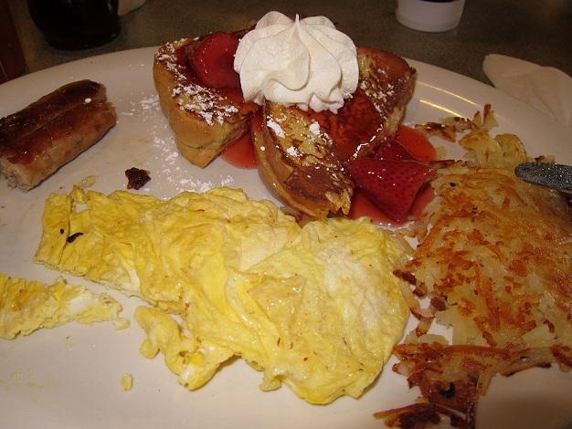 Café da manhã tipicamente americano. Tem opções mais leves, não se preocupem.