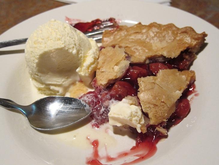 Torta servida morna com sorvete de creme. Uma das minhas sobremesas preferidas.