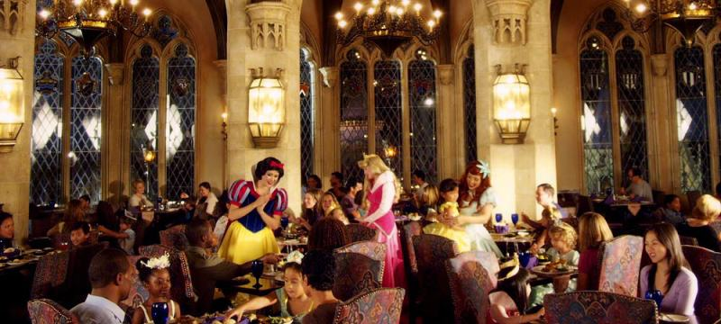Foto de um jantar no Cinderella's Royal Table, restaurante que fica dentro do Castelo da Cinderela, no Magic Kingdom