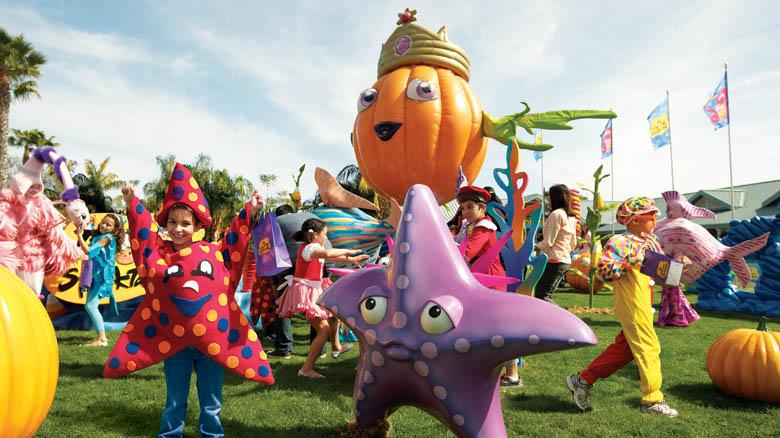 Foto de divulgação da festa do Halloween do SeaWorld, que mostra crianças fantasiadas e personagens infantis.