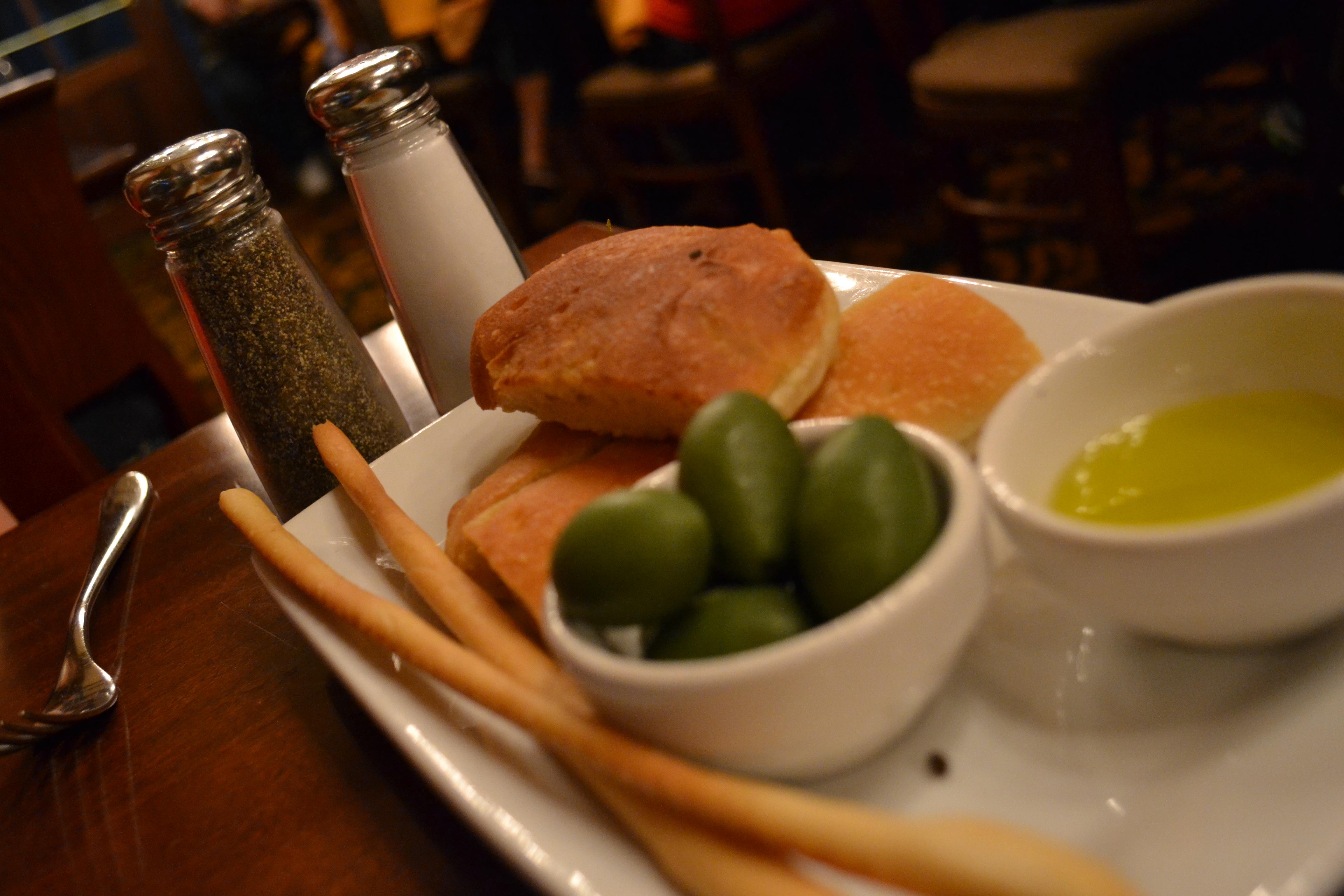 Couvert no Tutto Italia, com pães, azeite e azeitonas