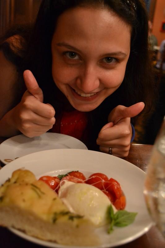 Tutto Italia no Epcot: Renata e uma entrada de burrata. Imperdível