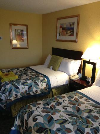 Foto do quarto no Wyndham com duas camas de casal e um abajur entre elas