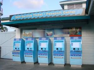 Maquininhas de retirada de ingressos na Sea World. Se você comprou online, basta retirar o ingresso ai