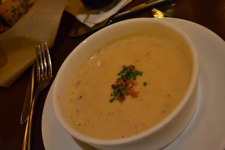 A Sopa de Cheddar Branco no prato