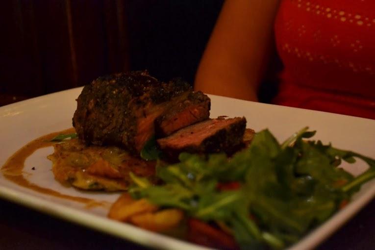 Foto do prato com carne e salada de acompanhamento