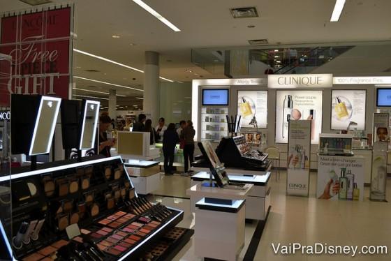 Alguns dos quiosques de cosméticos na Macy's.
