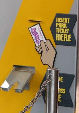 Máquina para retirar o Fastpass. Coloque o ingresso em cima e retire o cartão embaixo.
