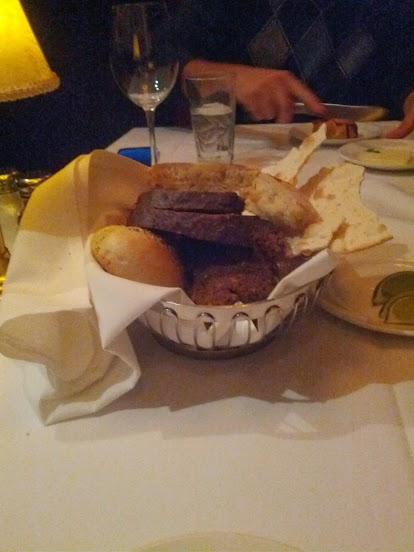 Foto da cesta de pães servida antes da refeição no Capital Grille