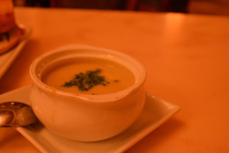 Sopa deliciosa de batata com alho poró do almoço e jantar do Be Our Guest por US$5,99.