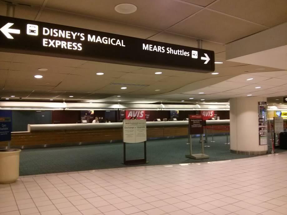 Locadora de carro no primeiro piso do aeroporto de Orlando