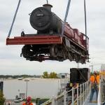 Harry Potter - Colocação do trem a vapor que será utilizado no transporte entre os dois parques