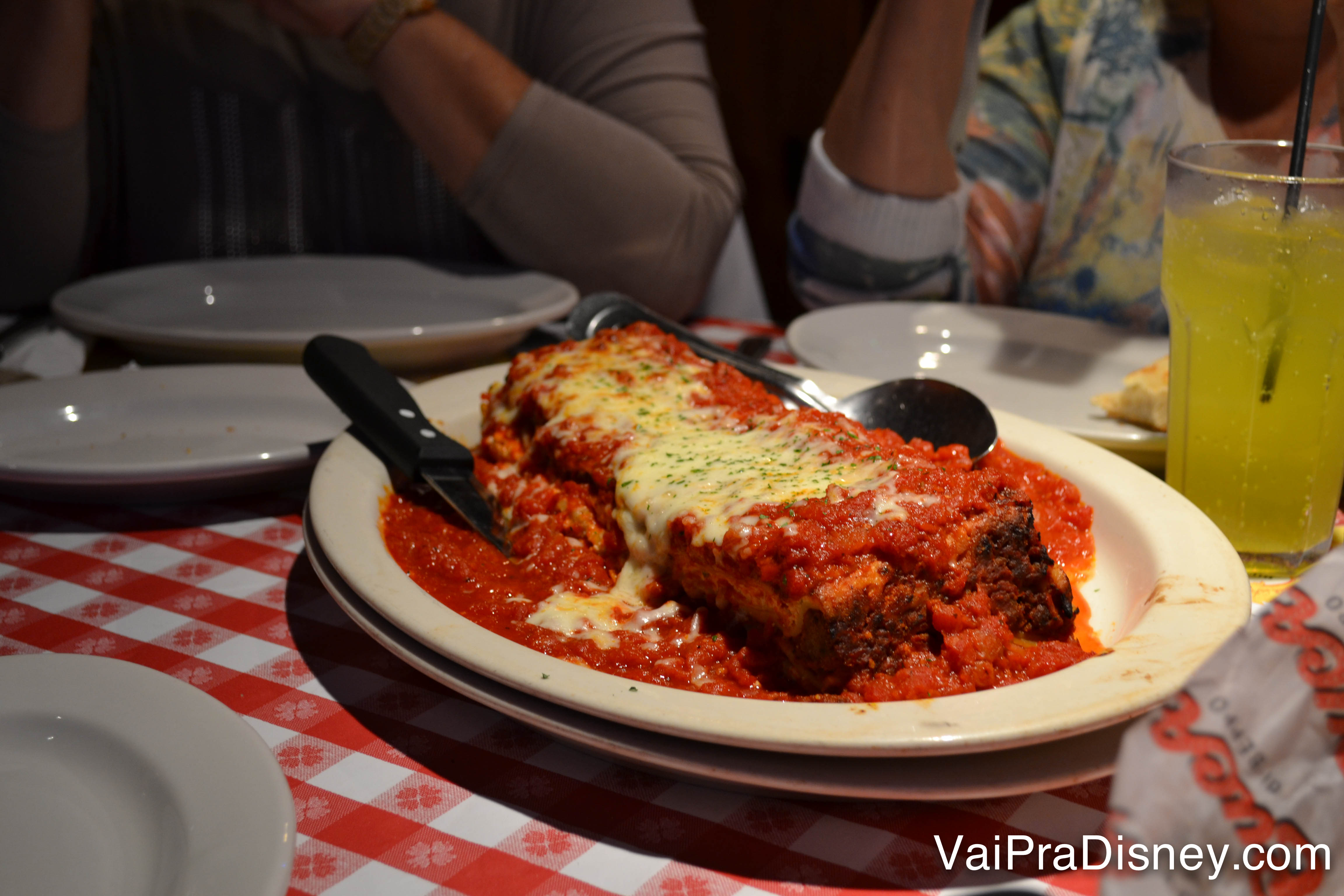 Foto da lasanha do Bucca di Beppo, com muito molho e queijo em cima