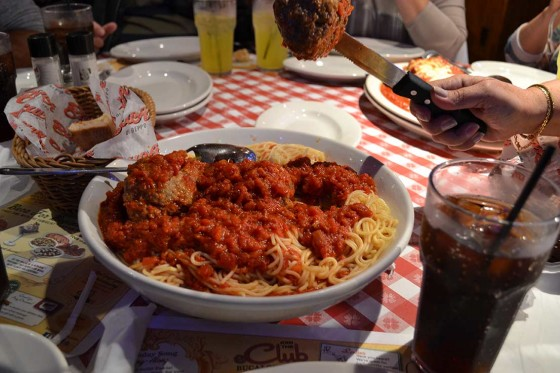 Veja bem o tamanho do prato de spaghetti e almôndega Buca di Beppo, dá pra gastar pouco dinheiro por pessoa