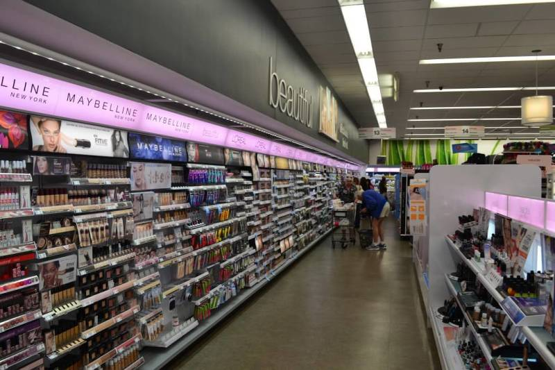 Corredor de cosméticos do Walgreens. Definitivamente não deve ser subestimado. Ótimos produtos com preços bem honestos. Foto do corredor de cosméticos da loja Walgreens.