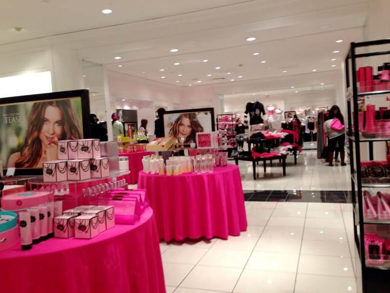 Victoria Secrets: sempre cheia de brasileiros. Muito além de lingerie, você sempre encontra cremes muito bons. Foto do interior da loja Victoria's Secrets, com sua decoração em rosa e preto.