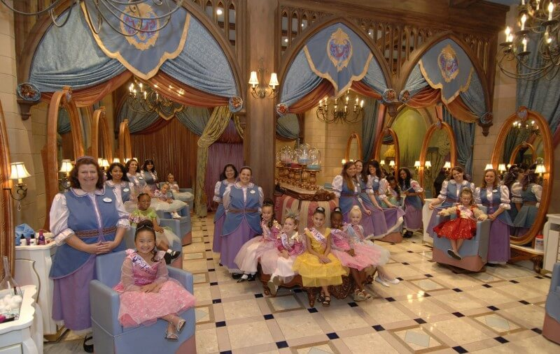 Bibbidi Bobbidi Boutique e diversas das mini princesinhas transformadas. Sonho de quase qualquer menina pequena, né? Foto de várias meninas vestidas de princesa, em companhia das fadas madrinhas no Bibbidi Bobbidi.