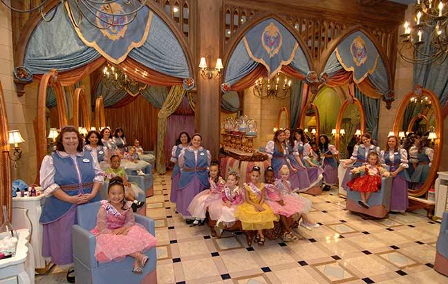Bibbidi Bobbidi Boutique e diversas das mini princesas transformadas. Sonho de quase qualquer menina pequena, né?