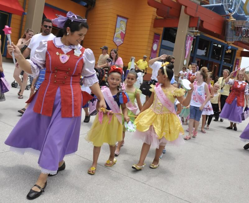 Bibbidi Bobbidi Boutique: Parada das princesinhas que acontece toda tarde no Downtown Disney. Fotto das meninas vestidas de princesa, andando em fila no Disney Springs.