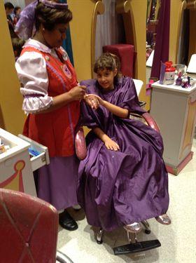 Bibbidi Bobbidi Boutique: Belinha, que para a gente já nasceu princesa, no meio da sua transformação. Muito linda!! Foto da prima da Renata e do Felipe na cadeira do salão no Bibbidi Bobbidi