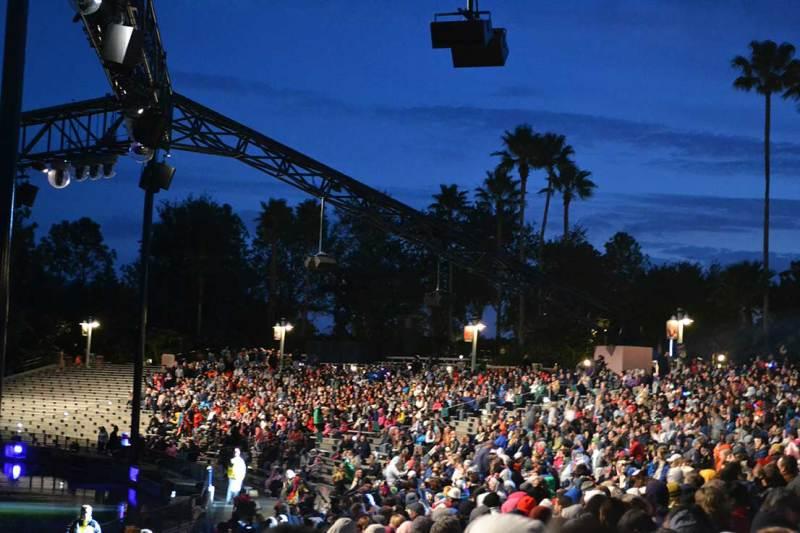 Foto da plateia do Fantasmic. A área VIP fica no centro do anfiteatro
