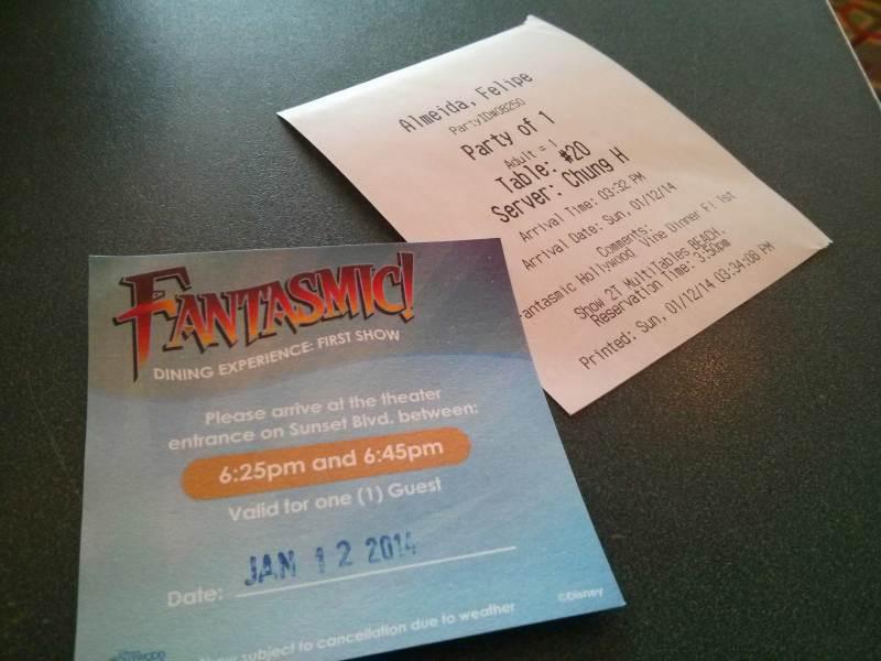 Foto do voucher de acesso a área VIP do Fantasmic, com o horário e a data.