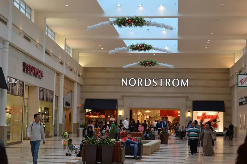 Nordstrom: uma das muitas lojas de departamento onde você encontra quiosques das marcas de cosméticos. Foto da loja Nordstrom entre outras lojas do shopping.