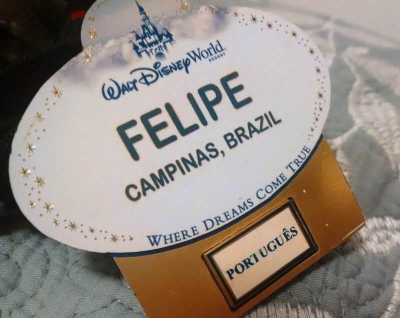 Nao sabe falar inglês? Crachá de funcionário brasileiro na Disney
