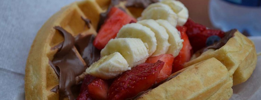 Sanduíche de Waffle com Nutella e Frutas. Preciso falar mais alguma coisa?