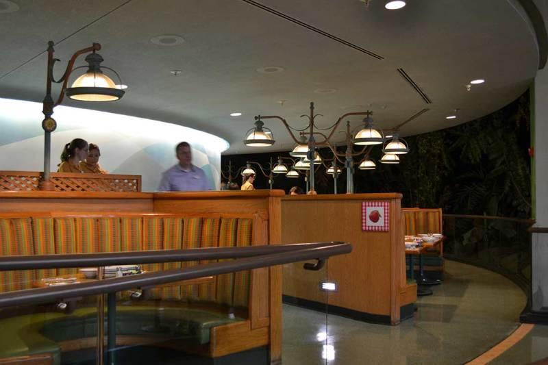 Foto da parte externa do restaurante mostrando que ele tem uma estrutura circular e fica girando devagar