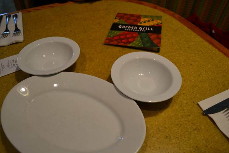 Garden Grill - Detalhe fofo: os pratos formando a cabeça do Mickey. :)