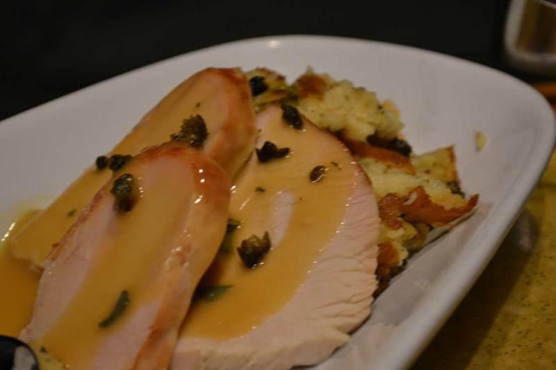 Garden Grill - Peru com molho de limão e alcaparras com stuffing de pão.