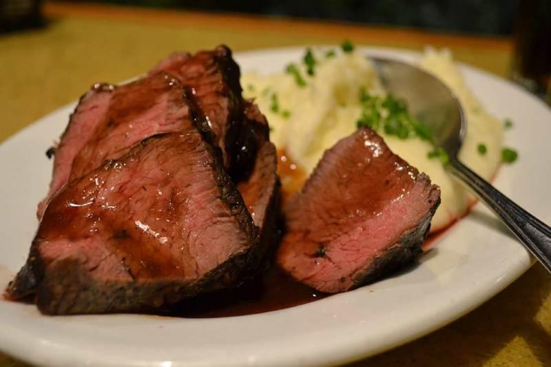 Garden Grill - Como a gente pediu mais carne e batata, o garçom trouxe uma nova travessa menor só com estes alimentos.