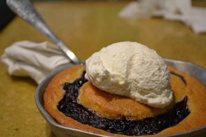 Garden Grill - Berry Cobbler, sobremesa que chega quentinha na mesa com chantilly de baunilha.