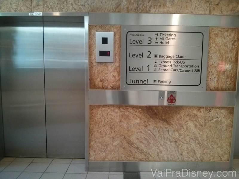 Elevador no aeroporto de Orlando com as indicações de cada andar