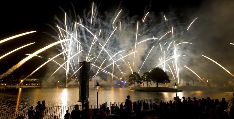 Foto do show de fogos do Epcot, sobre o lago, tirada da área VIP do IllumiNations Dessert Party