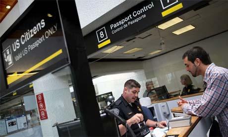 Oficial da imigração dos EUA no ponto de controle de passaporte do aeroporto de Miami. Foto: Getty Images