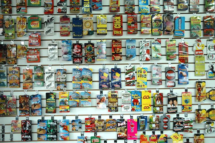 Comunicar no exterior - Cartões de ligação internacional a venda em um supermercado